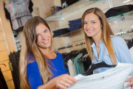 chicas adolescentes: Las adolescentes de compras