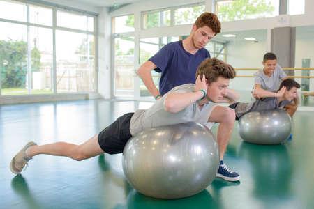 hombres haciendo ejercicio: Dos hombres que ejercitan con entrenadores personales