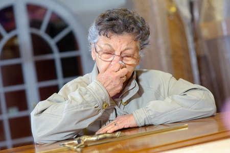 kruzifix: ältere Frau mit Kruzifix