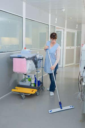 školník vytírání podlahy