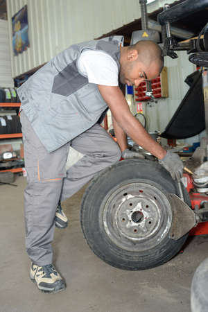 remount: worker fixing a tire