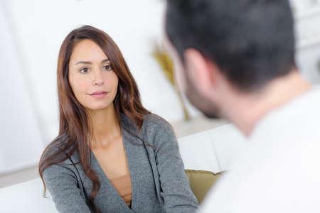 Paar im Gespräch von Angesicht zu Angesicht Standard-Bild