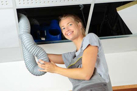 Lavoratore rimozione di un tubo di ventilazione Archivio Fotografico - 62931055