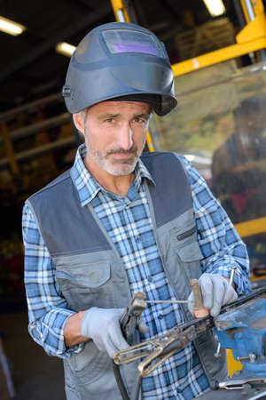 obrero trabajando: Presentación del trabajador mientras trabaja Foto de archivo