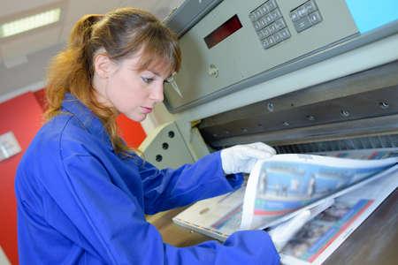 Worker checking drukwerk
