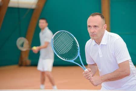 siervo: Dos hombres en campo de tenis