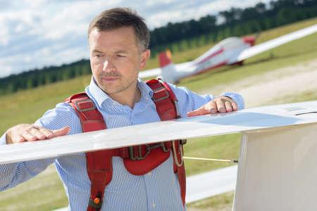 fiberglass: Hombre que revisa el ala del parapente