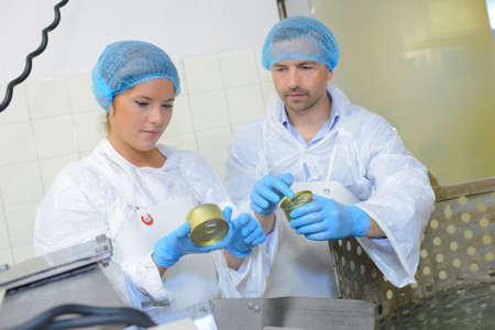 Trabajadores de la fábrica de cheques latas