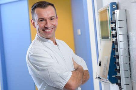 adentro y afuera: Médico al registrar un tiempo de entrada y salida de la máquina