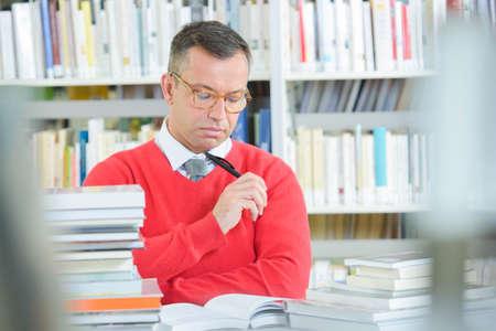 Mężczyzna czyta książkÄ™ Zdjęcie Seryjne