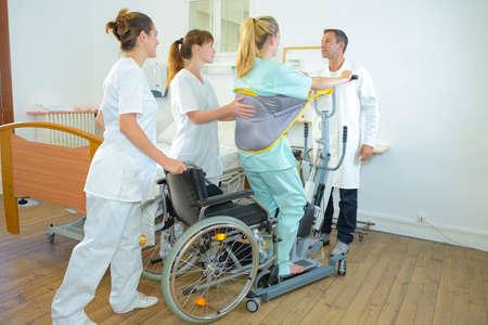 Medisch personeel helpen vrouw staande