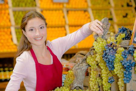ahorcada: uvas mujer sosteniendo