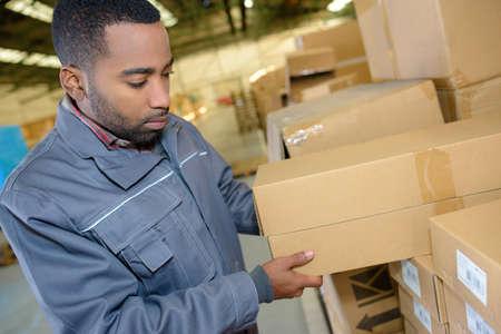 人の倉庫でボックスをオン 写真素材
