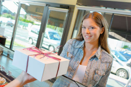 siervo: Lady in bakery being passed box