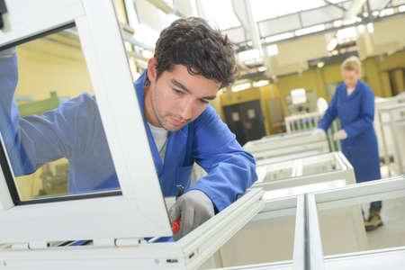 Menschen arbeiten in Fenster Fabrik Standard-Bild - 65555281