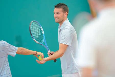 siervo: Male tennis player taking ball
