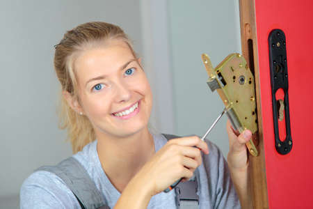 tornillos: Lady fitting lock system to door