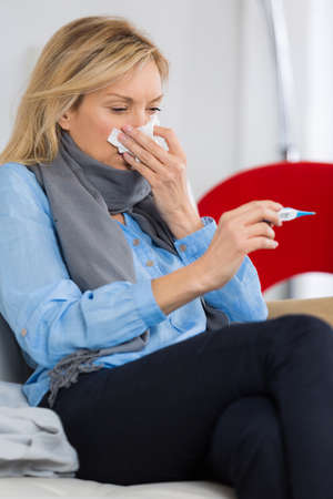 estornudo: enfermo estornudo Mujer Foto de archivo