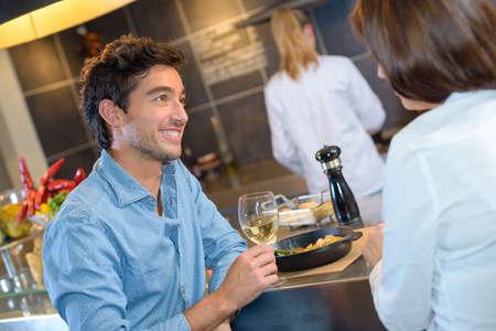 socializando: socializing in the restaurant