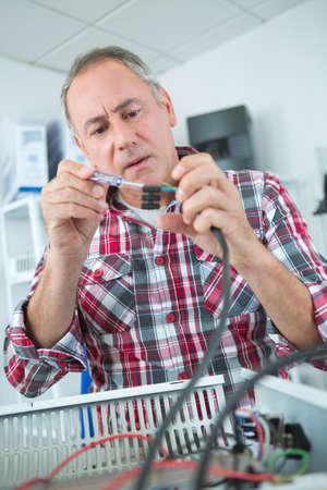componentes: hombre durante la reparación del cable