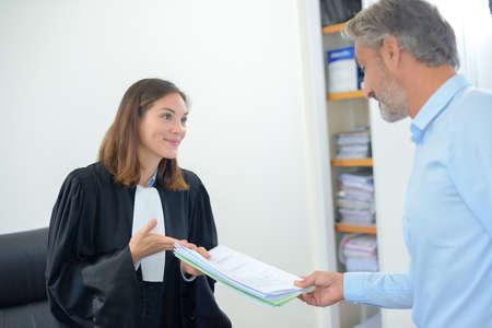 toga: exitosa mujer juez que muestra el documento legal