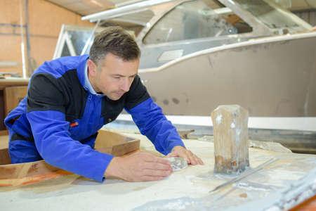 Arbeiter Wasser das Boot Proofing