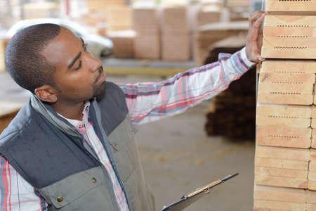 oficinista: inspección de productos almacén al azar Foto de archivo