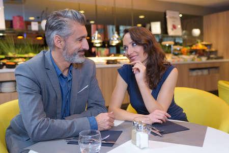 parejas enamoradas: feliz pareja en el restaurante que se miran