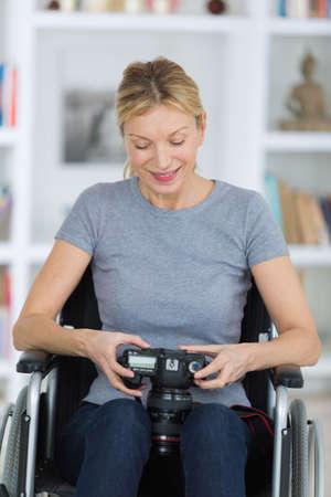 paraplegico: retrato de una mujer sonriente que usa una cámara