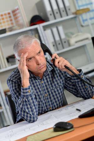 molesto: Realmente molesto cliente en el teléfono Foto de archivo