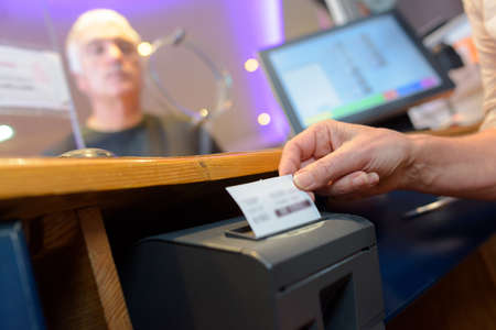 assistant serving customers taking order and print receipt Banque d'images