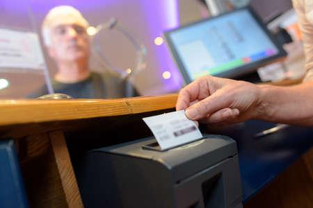 assistant serving customers taking order and print receipt Standard-Bild