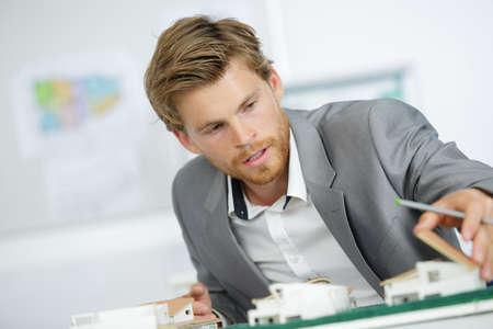 Arquitecto guapo trabajando en modelos de casa