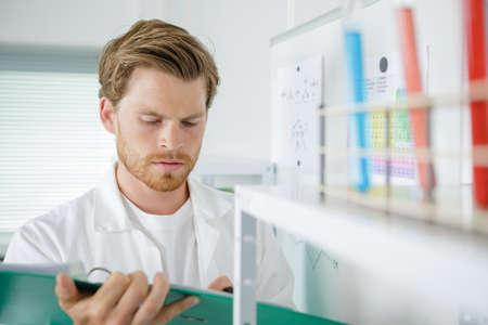 médico serio con la búsqueda de un documento