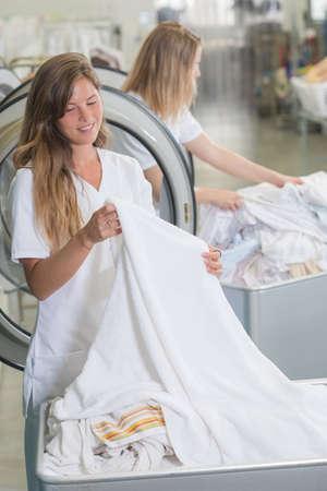 obrero trabajando: trabajador de lavandería mujer que trabaja en la tintorería Foto de archivo