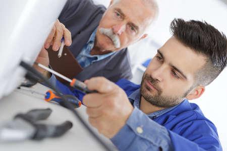 職業を学習経験豊富なインストラクターからのエアコン修理