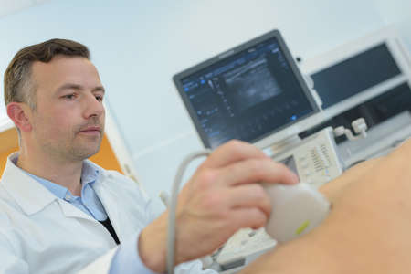 sonograma: médico que le realizó ultrasonido en la mujer embarazada en la clínica Foto de archivo