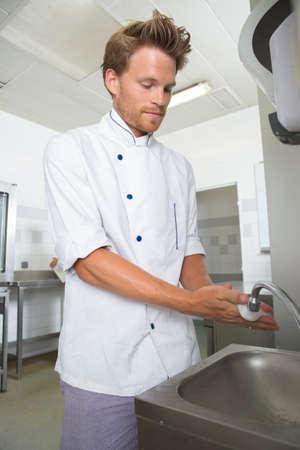 lavandose las manos: el lavado de las manos del cocinero