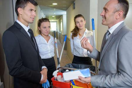 personal de limpieza: equipo de limpieza con el gerente Foto de archivo