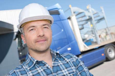ciężarówka: Portret mężczyzny w kask z przodu samochodu ciężarowego