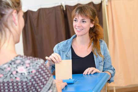 bij het stembureau
