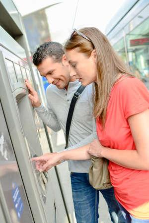 Echtpaar kopen tram tickets