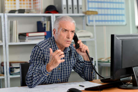 molesto: cliente molesto en el teléfono