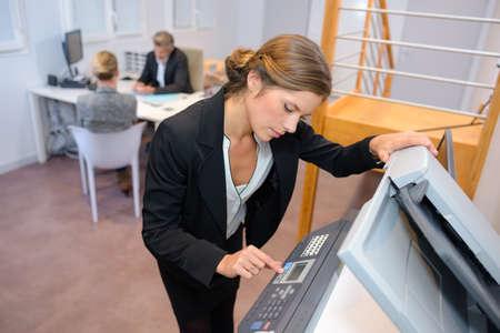 fotocopiadora: creación de la mujer hasta la fotocopiadora Foto de archivo