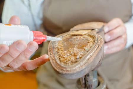 resistol: Cobbler aplicar pegamento para suela de zapato