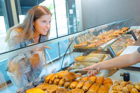 siervo: woman at bakery