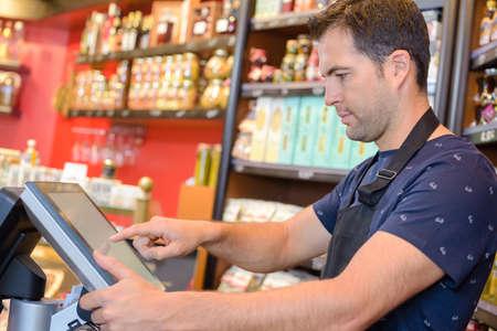 comercio: El hombre usando la pantalla táctil hasta Foto de archivo