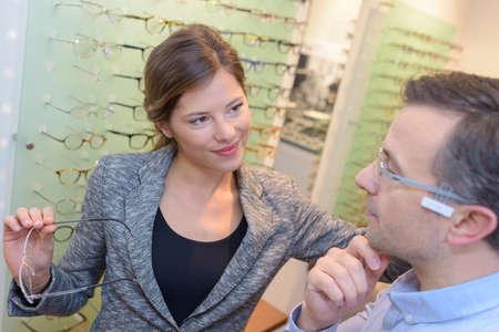 alkalmasság: Optikus segítő ügyfél választhat szemüveget