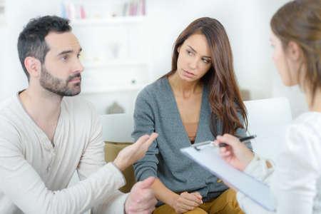심리학자에서 젊은 부부 싸움 강조