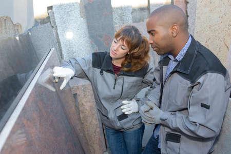 marmeren zetter die het product inspecteert